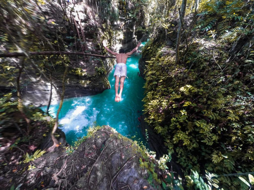 kawasan-falls-cebu-canyoneering-0121629.jpg.optimal.jpg